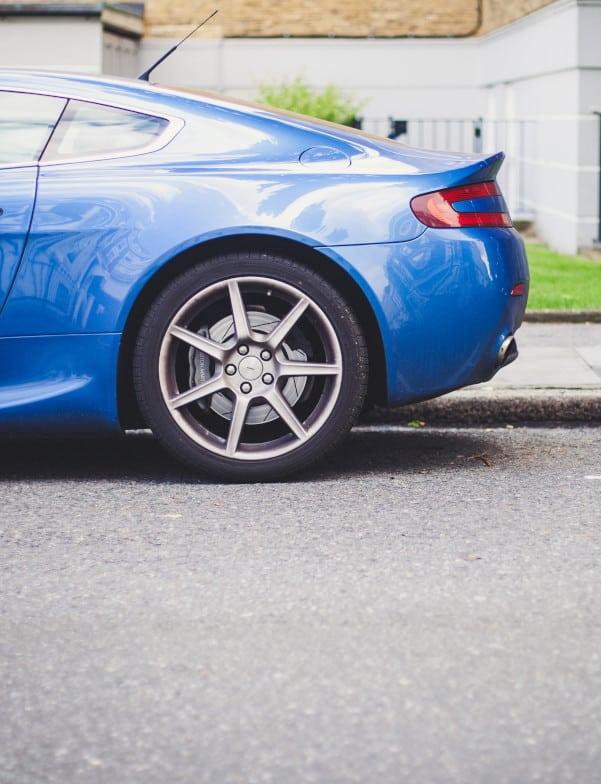 cambiar el tubo de escape: imagen decorativa de la trasera de un coche