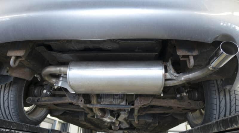 cambiar el tubo de escape del coche: imagen de taller