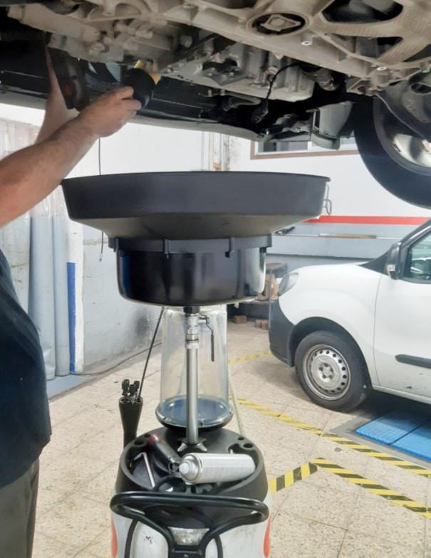 Mecánico haciendo cambio de aceite y filtro en Talleres CPR en Vigo