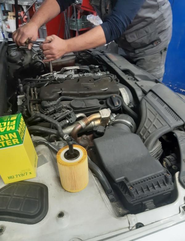 imagen de cambio de filtros motor taller vigo